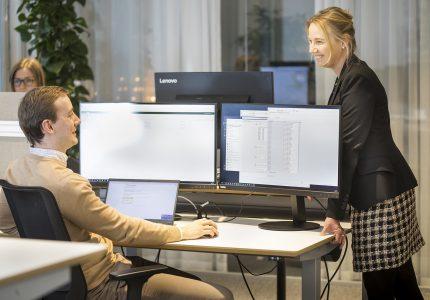 dataanalys - personer jobbar vid dator